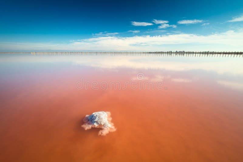 Lago de sal cor-de-rosa surpreendente real da cor e céu azul profundo, paisagem minimalistic fotos de stock