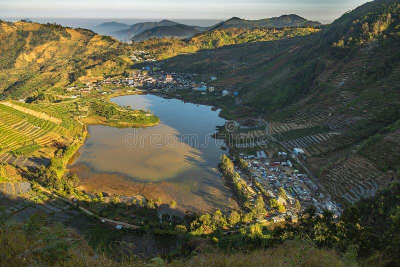 Lago de TELAGA CEBONG ou de CEBONG no platô de Dieng fotos de stock
