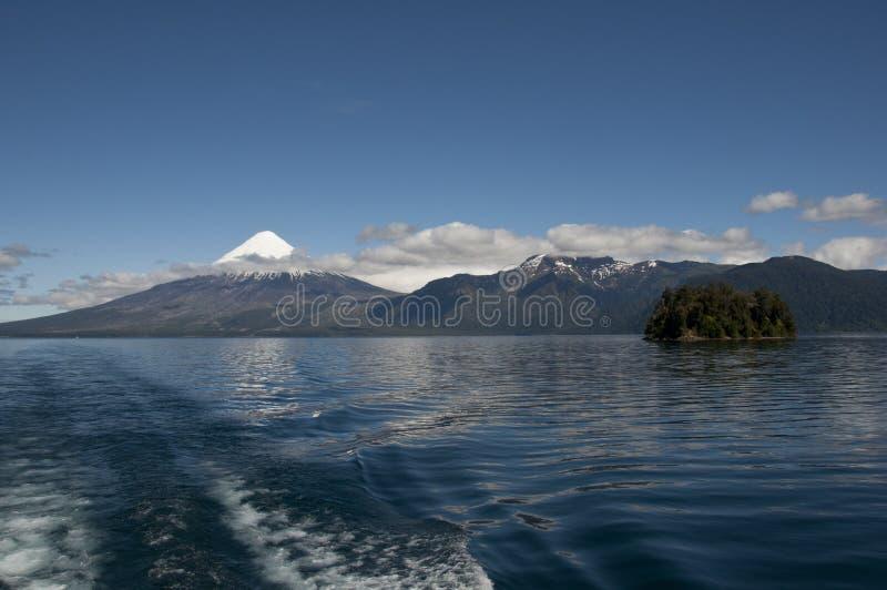 Lago DE Todos los Santos met sneeuwvulkaan royalty-vrije stock fotografie