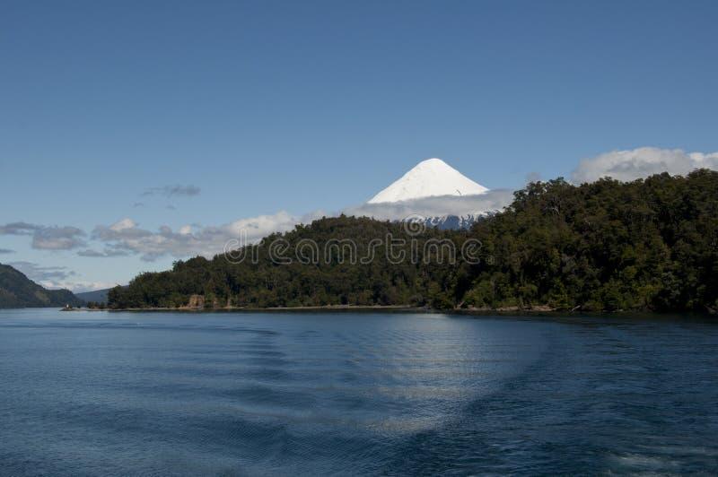 Lago DE Todos los Santos met sneeuwvulkaan stock fotografie