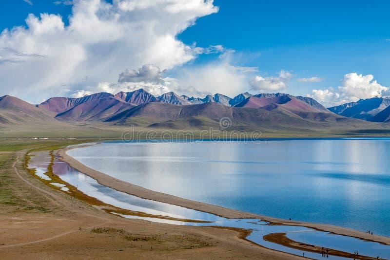 Lago debajo de la montaña imágenes de archivo libres de regalías
