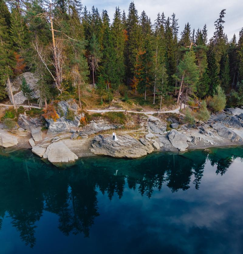 Lago del agua azul del caumasee de Flims en Suiza, montañas alpinas, soleadas, paisaje del verano fotografía de archivo