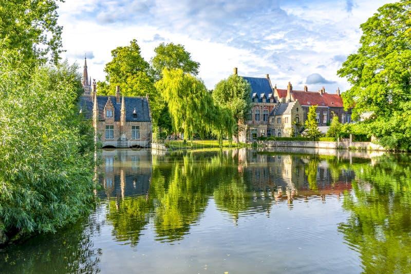 Lago del amor en verano, Brujas, Bélgica imagenes de archivo
