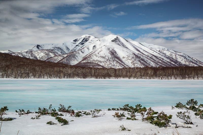 Lago del color azul, Kamchatka ice fotografía de archivo libre de regalías