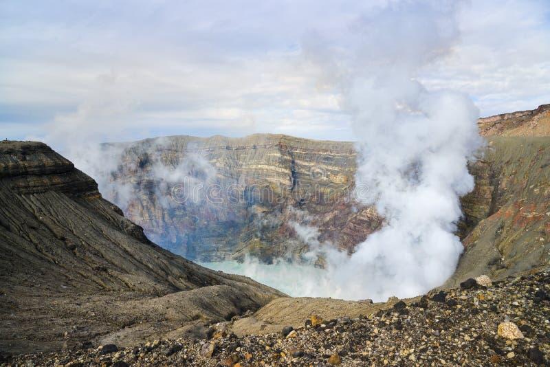 Lago del cráter del Monte Aso, foto de archivo