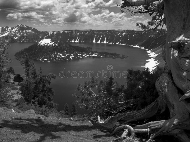 lago del cratere in bianco e nero fotografie stock libere da diritti