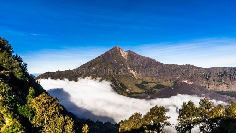 Lago del cratere del vulcano del supporto Rinjani Lombok Indonesia fotografie stock libere da diritti