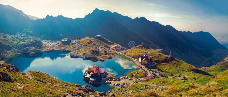 Lago del ghiacciaio di Transfagarasan Balea a 2 034 m. di altitudine nella montagna di Fagaras, la Romania immagini stock