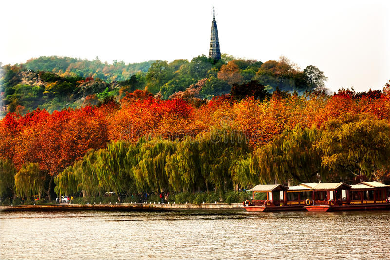 Lago del oeste Hangzhou Zhejiang China de Baochu boats antiguos de la pagoda imagen de archivo