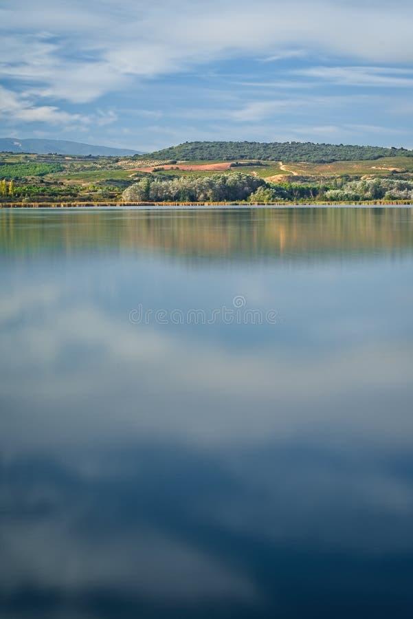 Lago del paisaje de la naturaleza en verano imágenes de archivo libres de regalías