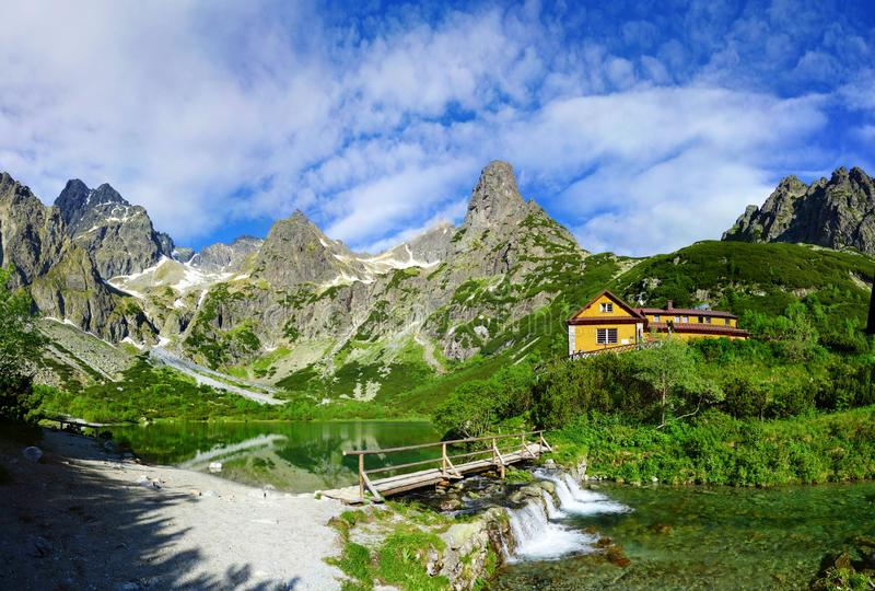 Lago del pleso de Zelene en las montañas de Tatra con el puente hermoso sobre la cascada - verano idílico fotografía de archivo