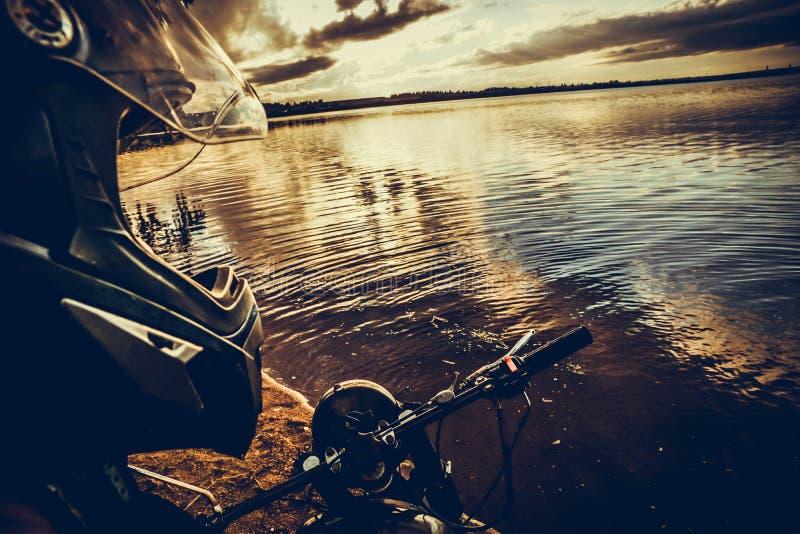 lago del timone del cappello del casco del motociclista del motociclista fotografia stock libera da diritti