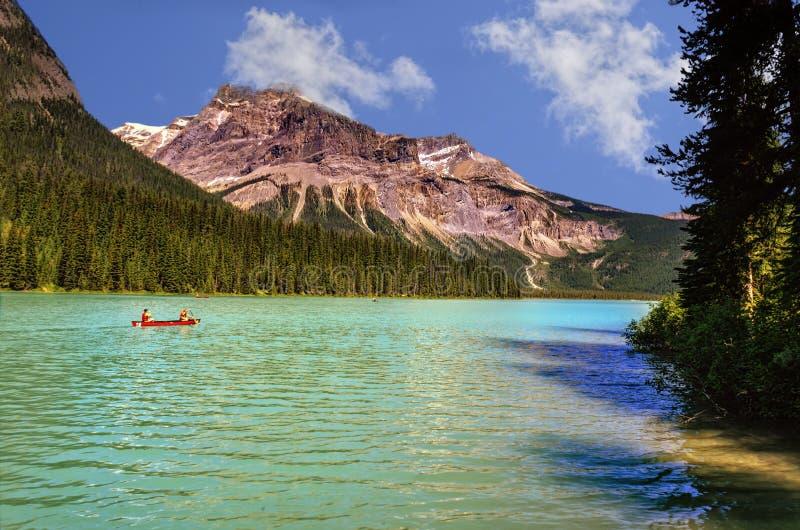 Lago del verde esmeralda, rodeado por los bosques coníferos y m rocoso foto de archivo libre de regalías