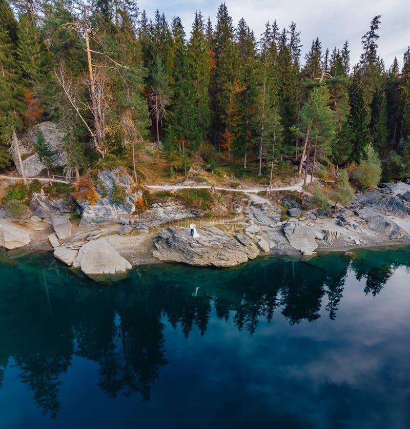 Lago dell'acqua blu di caumasee di Flims alla Svizzera, montagne alpine, soleggiate, paesaggio di estate fotografia stock