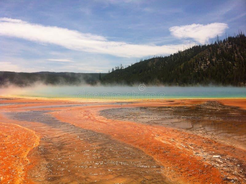 Lago dell'acqua calda nel parco nazionale di Yellowstone immagini stock libere da diritti