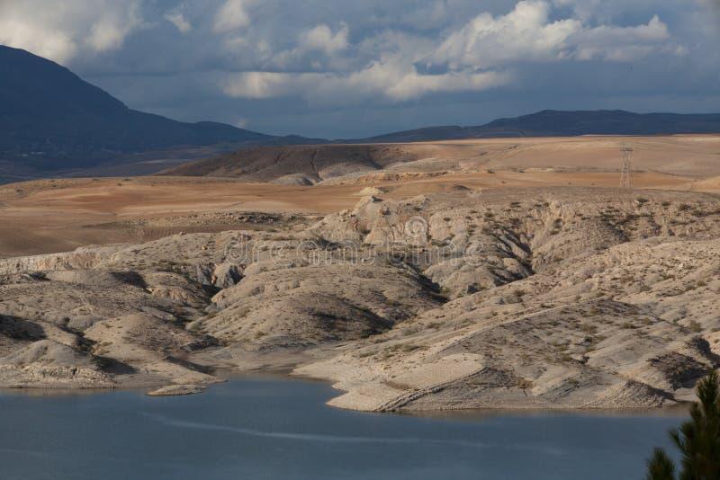 Lago della diga della montagna in Algeria del Nord immagine stock