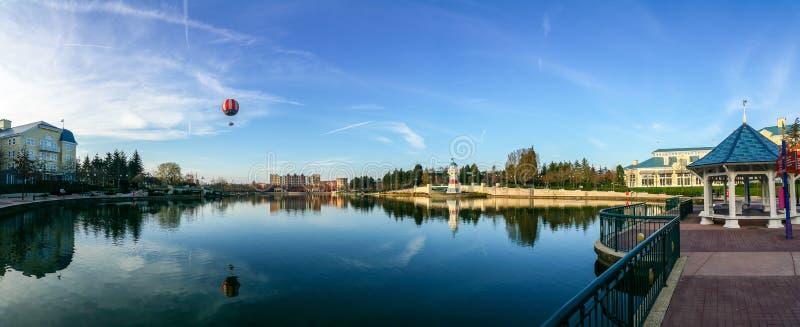 Lago della località di soggiorno degli hotel e disneyland Parigi fotografia stock