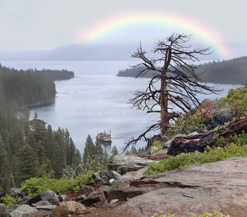Lago después de la lluvia con el arco iris foto de archivo