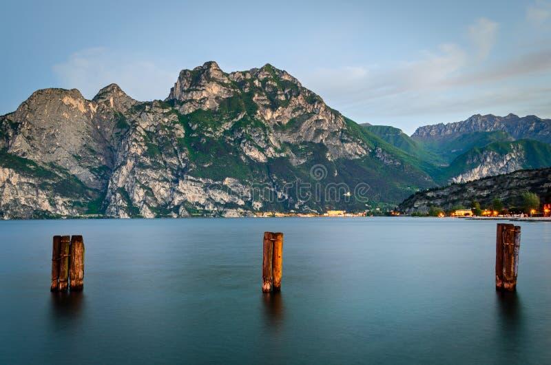 Lago di加尔达,从Torbole的看法清早 免版税库存图片