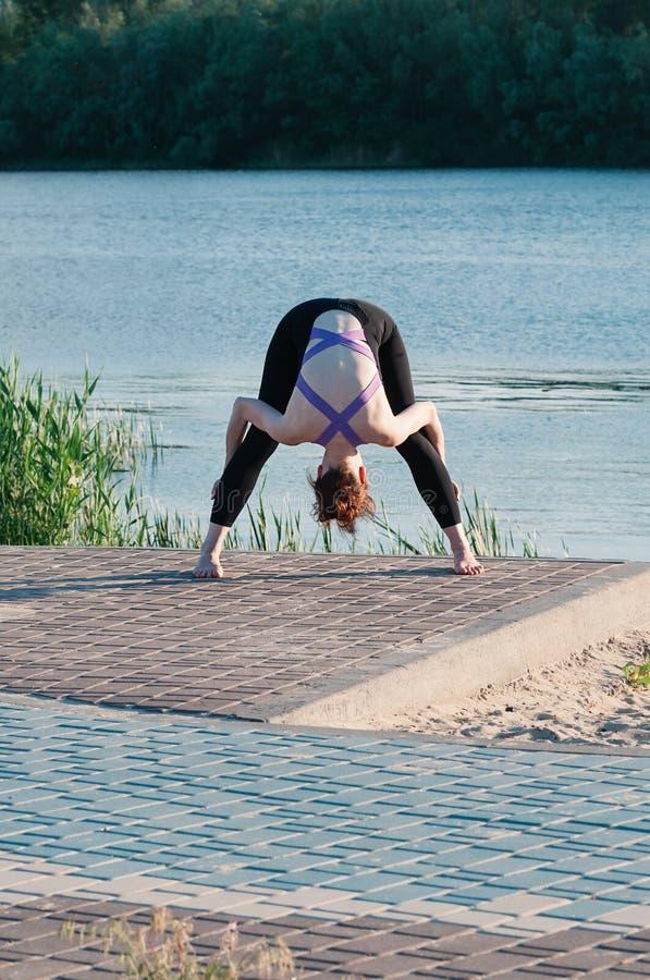 Lago di alba di yoga di bellezza della ragazza all'aperto immagini stock