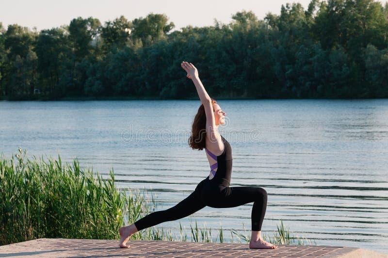 Lago di alba di yoga di bellezza della ragazza all'aperto fotografia stock libera da diritti