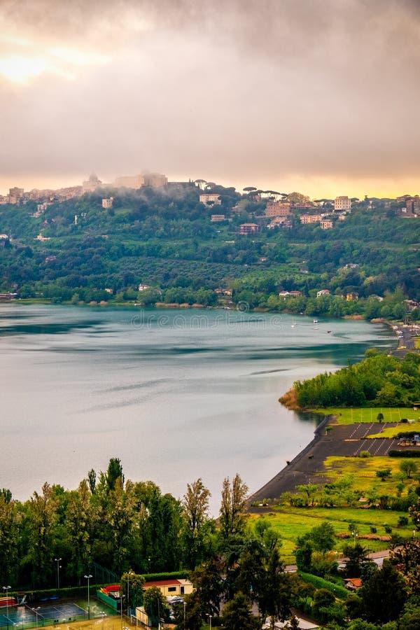 Lago di Albano eller Abano sjö i Castelli det Romani området - Roma - Lazio - Italien lodlinje royaltyfri fotografi