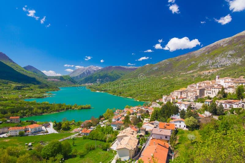 Lago di Barrea, Abruzos, Italia imágenes de archivo libres de regalías