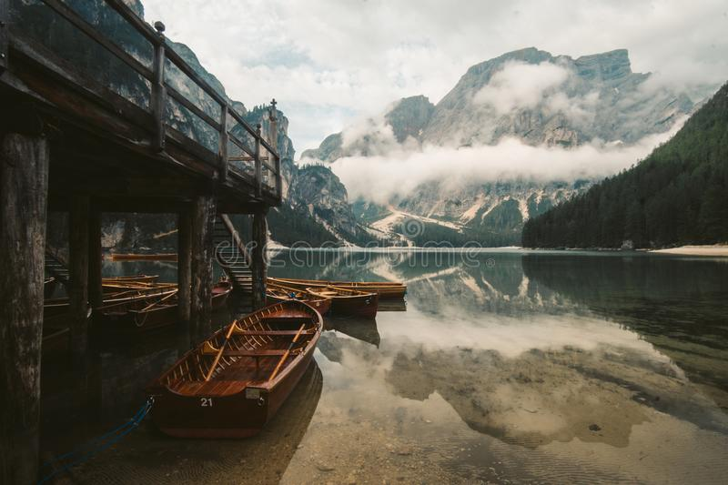 Lago di Braies -一不可思议对惊人的湖 库存图片