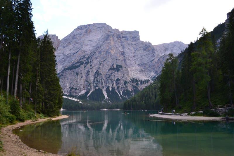 Lago di Braies lizenzfreie stockfotos