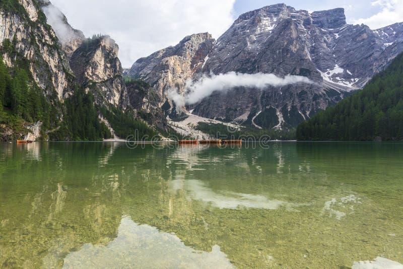 Lago di Braies, lago bonito nas dolomites imagens de stock
