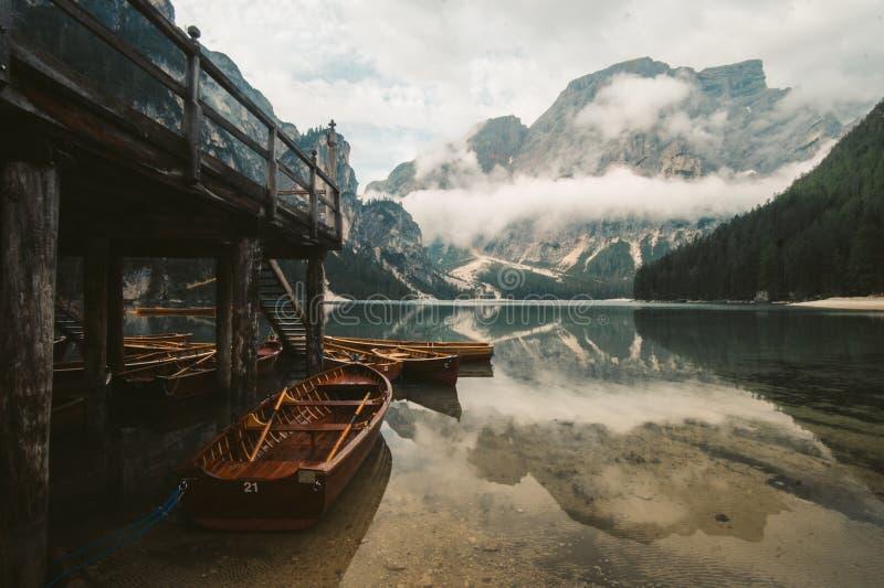 Lago di Braies - ein magisches zum atemberaubenden See stockbild