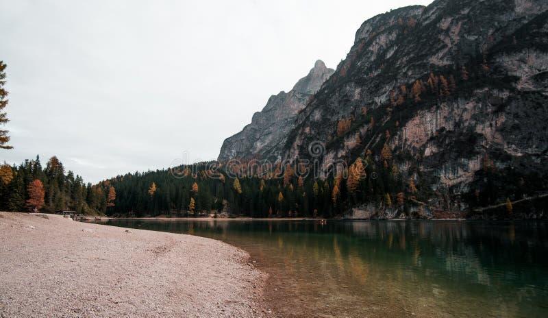 Lago di Braies - ein magisches zum atemberaubenden See stockfoto