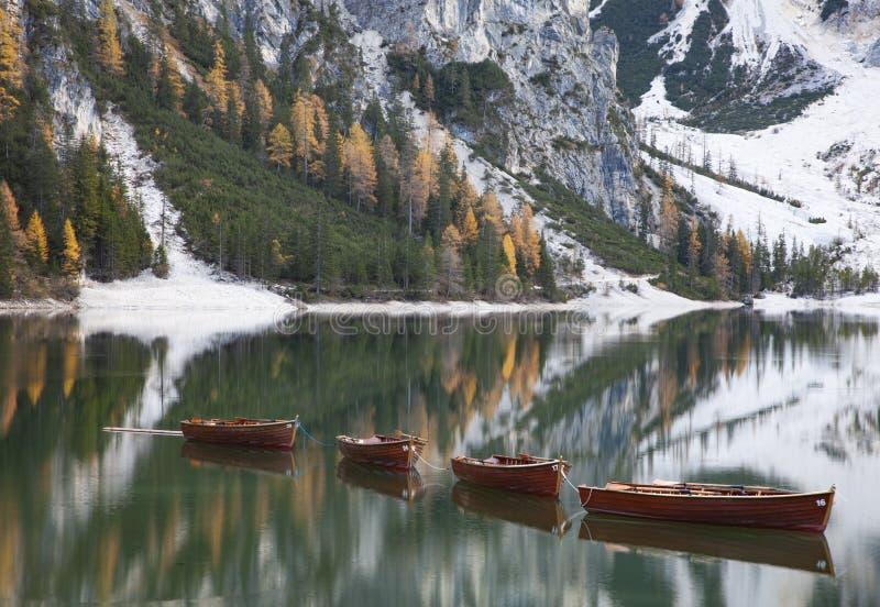 lago di Braies em montanhas das dolomites, Sudtirol, Itália foto de stock royalty free