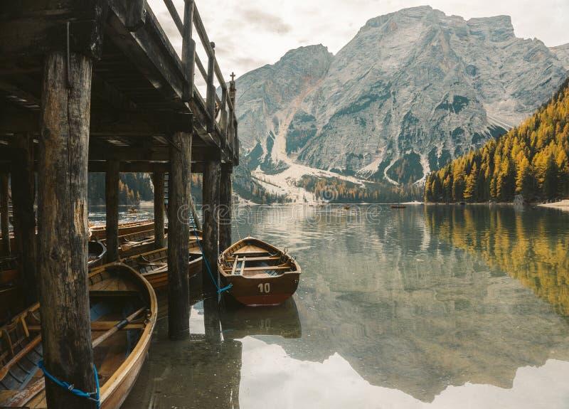 Lago di Braies - ett magiskt till den hisnande sjön fotografering för bildbyråer