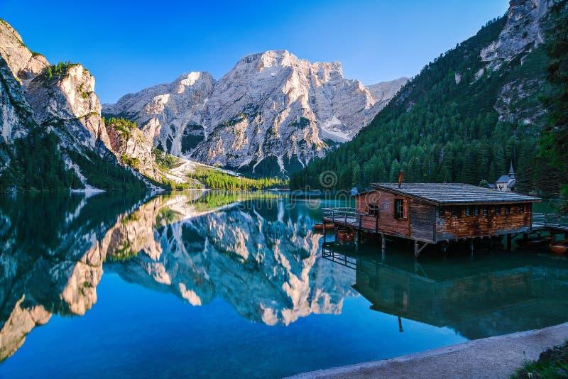 Lago Di Braies na doskonalić letnim dniu obrazy royalty free