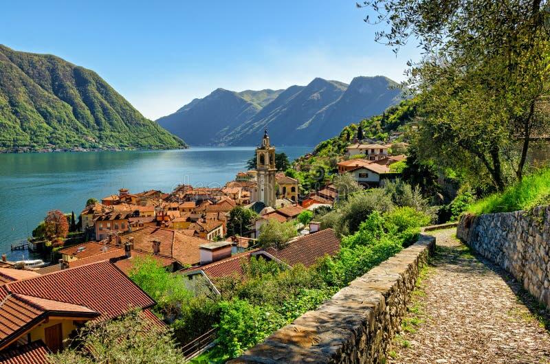 Lago di Como (sjön Como) Colonno och Greenway royaltyfria bilder