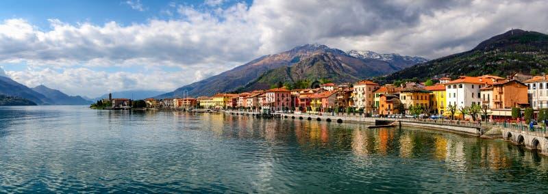 Lago di Como (sjön Como) Gravedona panoramautsikt arkivbild