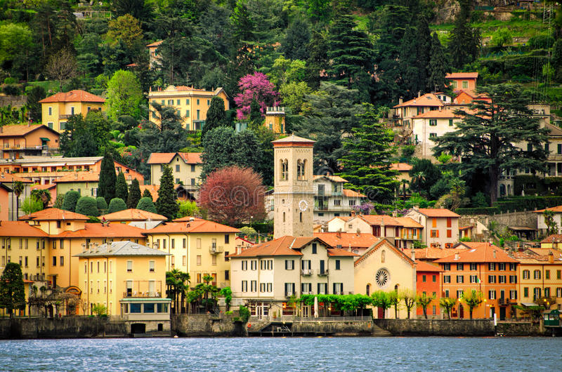 Lago di Como (sjön Como) Torno sikt från Moltrasio arkivfoton