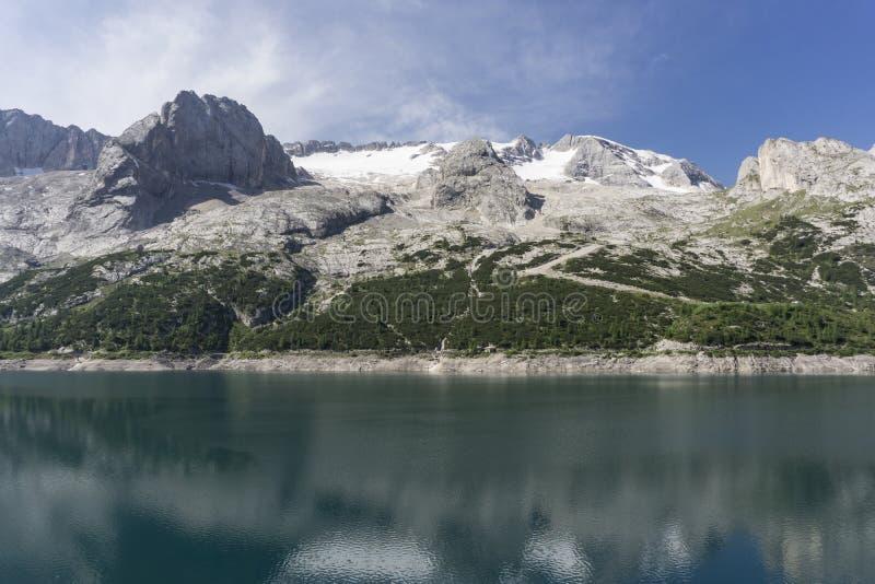 Lago di Fedaia härlig sjö på bakgrunden av Marmoladaen royaltyfri fotografi