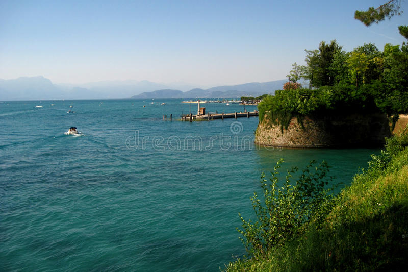 Lago di Garda - озеро в итальянских горах стоковые фото