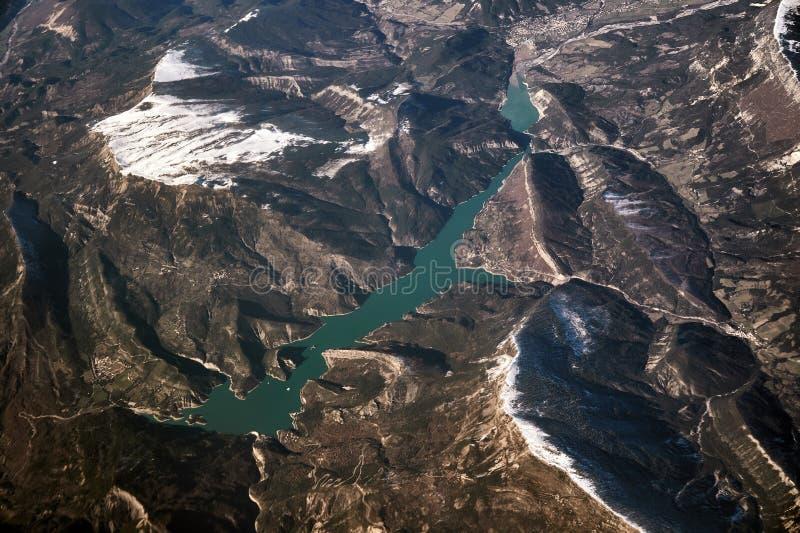 Lago di Garda, et neige ont couvert les montagnes de entourage de l'avion photographie stock libre de droits