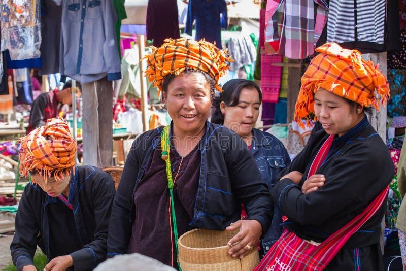 LAGO di INLE, MYANMAR - 1° dicembre 2014: tre donne non identificate immagini stock libere da diritti