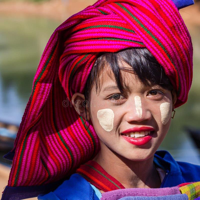 LAGO di INLE, MYANMAR - 30 novembre 2014: una ragazza non identificata dentro fotografie stock