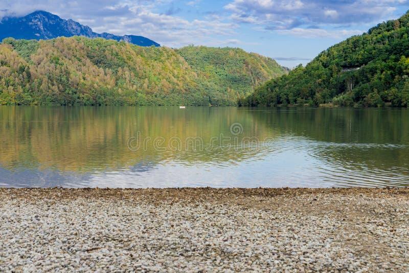 Lago di Levico, See in Levico Terme, Italien lizenzfreie stockfotografie