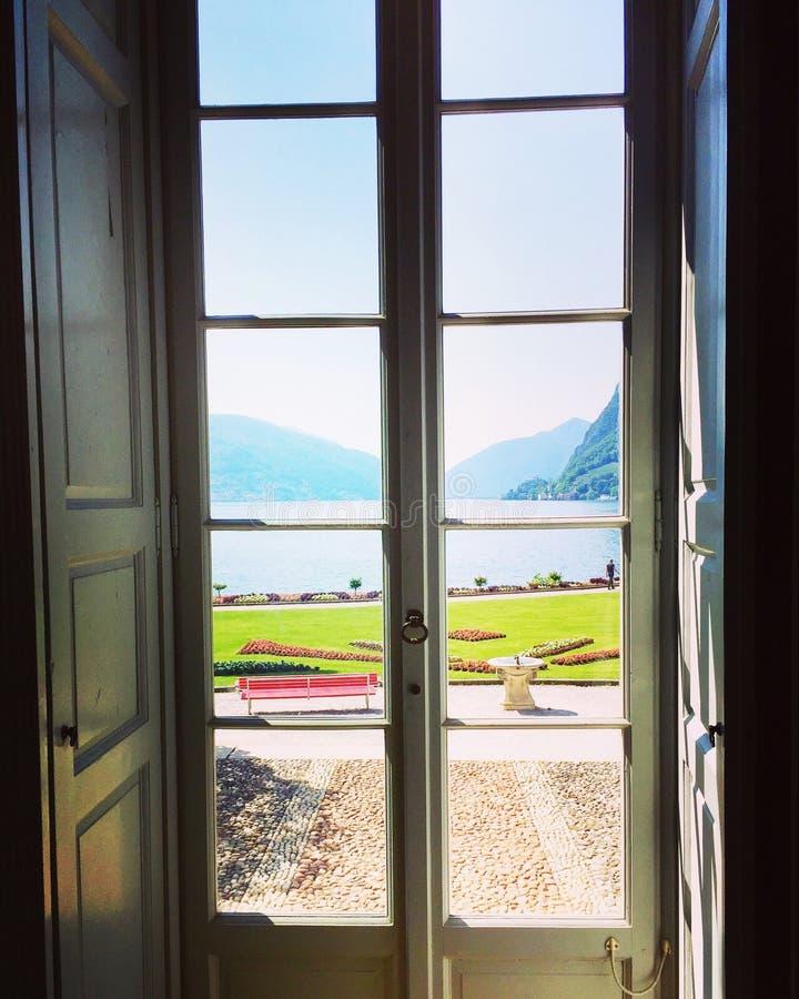 Lago di Lugano dalla villa Ciani fotografia stock libera da diritti