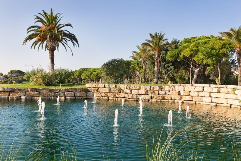 Lago di lusso fountain nel campo da golf del parco. fotografie stock libere da diritti