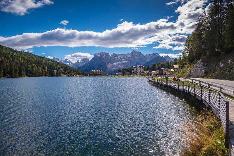 Lago di misurina, Tirolo del sud, italien le dolomia immagine stock