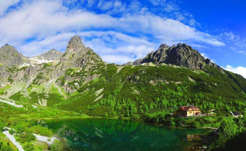 Lago di pleso di Zelene in montagne un giorno soleggiato, Slovacchia di Tatra fotografia stock