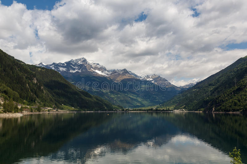 Lago di Poschiavo, lago em alpes de Switzerland foto de stock