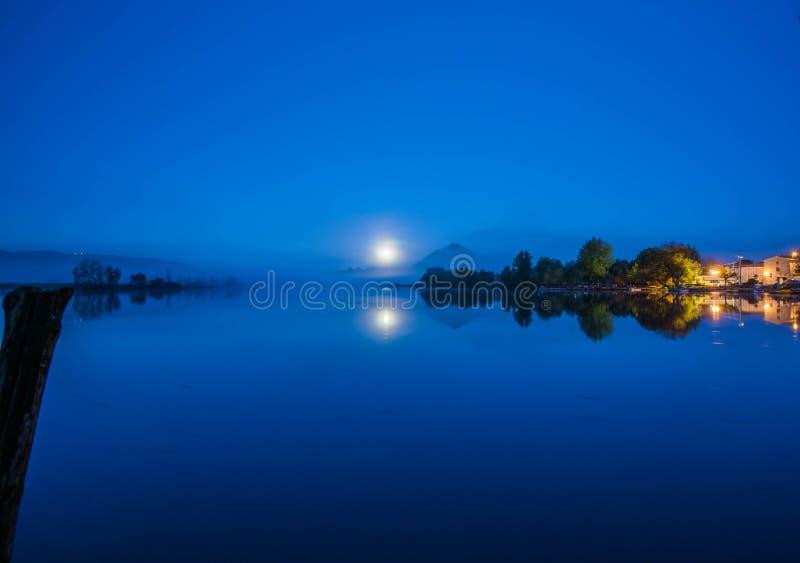 Lago Di Posta Fibreno 's nachts, Ciociaria, Italië royalty-vrije stock foto's